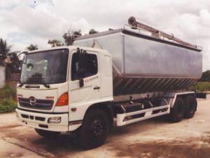 xe chở thức ăn chăn nuôi 28 khối HINO FL8JTSA